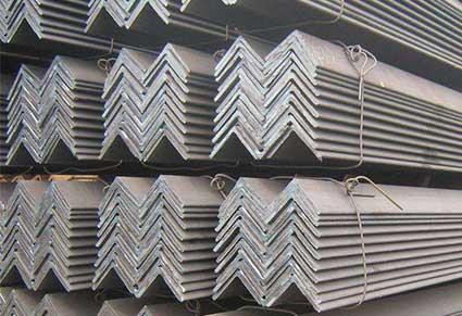 哪些因素会导致角钢出现裂纹和瑕疵?